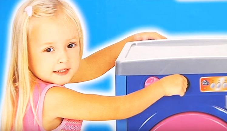 niña jugando a limpiar