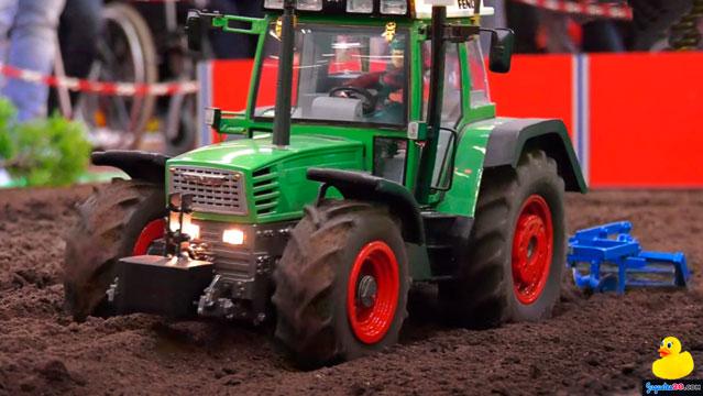 tractor teledirigido arando tierra
